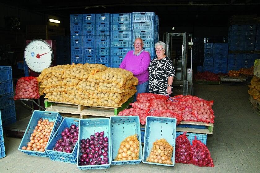 Albert en Ria Bloemberg in hun aardappelen- en uienhandel aan de Hamersestraat in Westervoort.