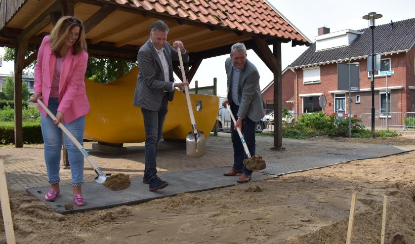 Janneke Velten van de co-creatiegroep, directeur Sander Heitbaum van NTP en wethouder Johan Coes zetten de eerste schop in de grond. (Foto: Van Gaalen Media)