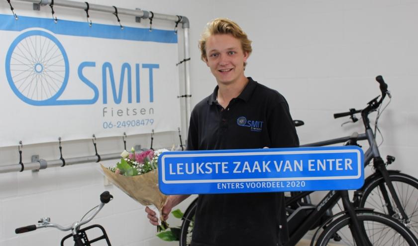 Jordi Smit het straatnaambord van Enters Voordeel. (Eigen foto)