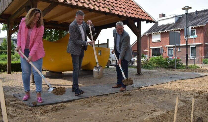 <p>Wethouder Coes met Janneke Velten en Sander Heitbaum in de Dorpsstraat in juni 2020. (Foto: Van Gaalen Media)</p>