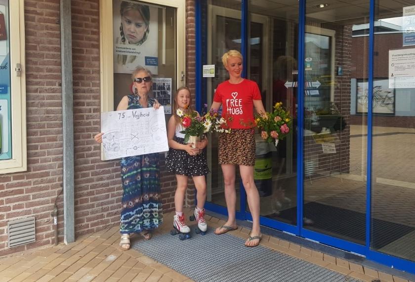 Anna Reitsma (rood shirt), haar dochter en Margo Versteegen bij het Westervoortse gemeentehuis.