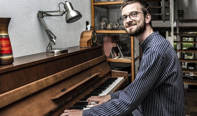 Jetse de Jong op de piano in zijn ouderlijk huis in Zevenaar, waar het allemaal begon. (foto: Bas Bakema)