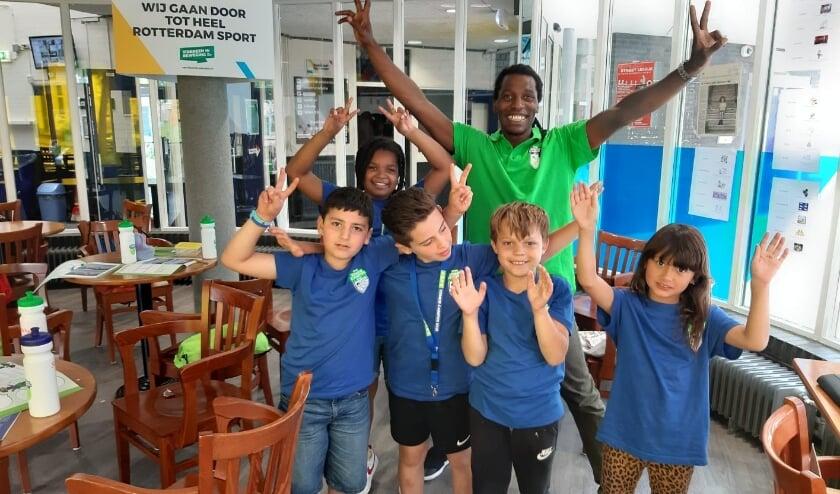 Kinderen op één van de vele redacties van Zomercampus010, met meester Ray. De foto moest verschillende keren opnieuw voordat ze tevreden waren.
