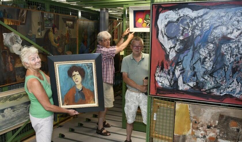 Clementine, Ivo en Tom richten het museumdepot in met werk van meerdere bekende kunstenaars. (foto: Ab Hendriks)