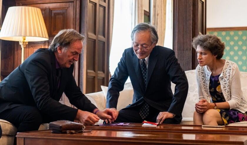 <p>Yos Lotens (links) op bezoek bij de Japanse ambassadeur. Foto: Graatje Weber</p>