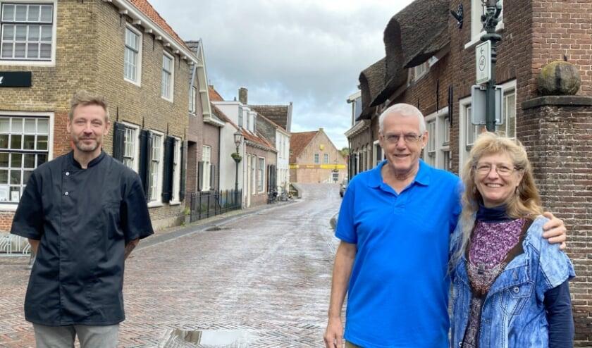 <p>Kapper Martyn Duyeman en Jan en Ineke Polvliet verzamelen alles wat met hun pand te maken heeft. (Foto: Janneke Severs-Hilgeman)</p>