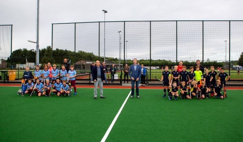 Voorzitter Emiel Cellamare (links) en wethouder Johannes Goossen (hier tussen de D-teams van Westerduiven en Doetinchem) verrichtten zaterdag de geïmproviseerde opening. (Foto: René Nijhuis Fotografie)