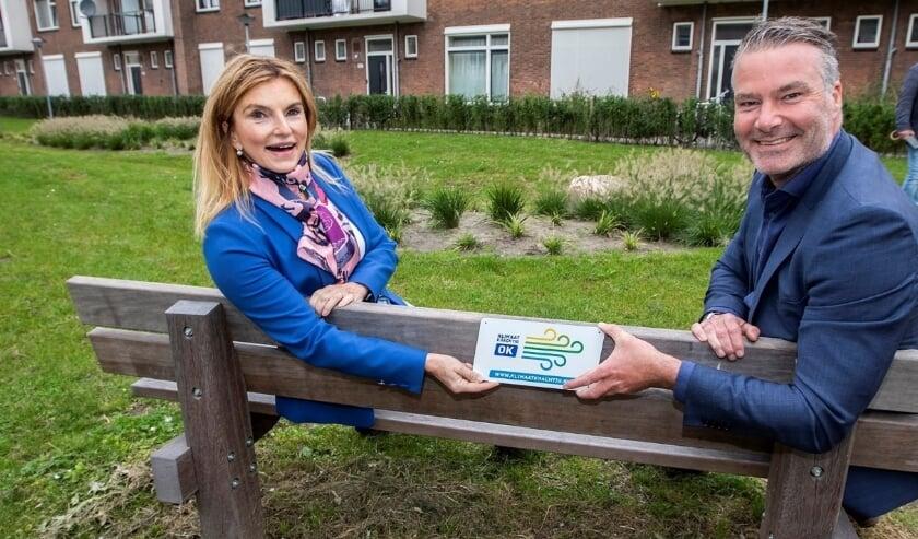 <p>Dr&eacute; Boidin van Staedion ontvangt uit handen van hoogheemraad Manita Koop het keurmerk.</p>