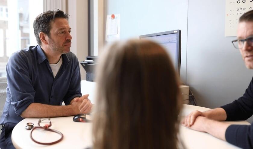 Huisarts Pieter Kersemakers in gesprek met de patiënt