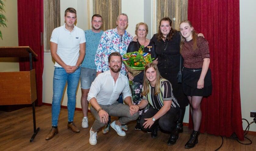 Annette Kersten met haar gezin. Staand v.l.n.r: Jarno Kruit, Joost, Hans, Annette, Anne, Sara Kolk, Voor Roel en Maud. (Foto: René Nijhuis Fotografie)