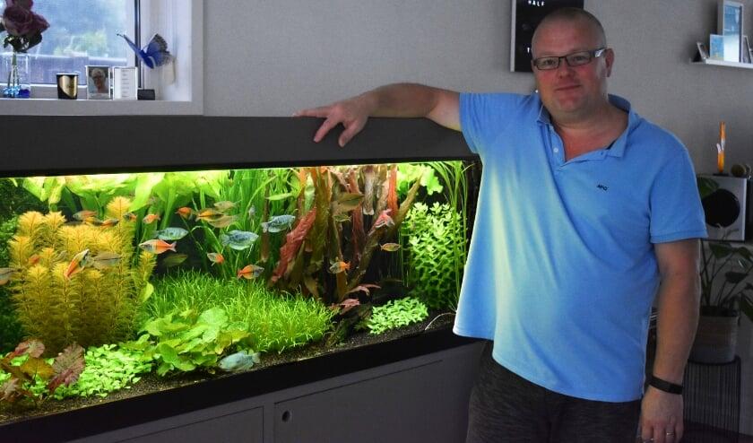 """Jan-Willem Hietbrink:  """"Een aquarium is eigenlijk een tuin onder water. Je moet planten uitdunnen en soms verpoten. (Foto: Van Gaalen Media)"""