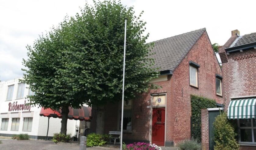 <p>Dit pand is al vanaf 1978 een gemeentelijk monument en ligt binnen het beschermd stadsgezicht &lsquo;De Oude Heikant&rsquo;. www.heemkundekringtilburg.nl &nbsp;</p>