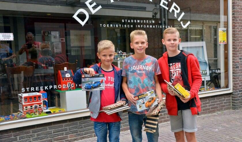 <p>Lennart, Robin en Julian zijn met hun creaties de grote winnaars van de LEGO-wedstrijd van Stadsmuseum De Knoperij geworden en kregen vrijdag hun prijzen uitgereikt. Foto: Paul van den Dungen</p>