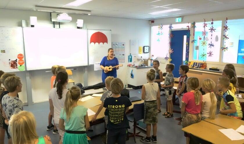 Muziekdocent Gera van Dalen geniet van de reacties van kinderen. Ze hoopt dat muziek maken net zo normaal wordt als sporten.