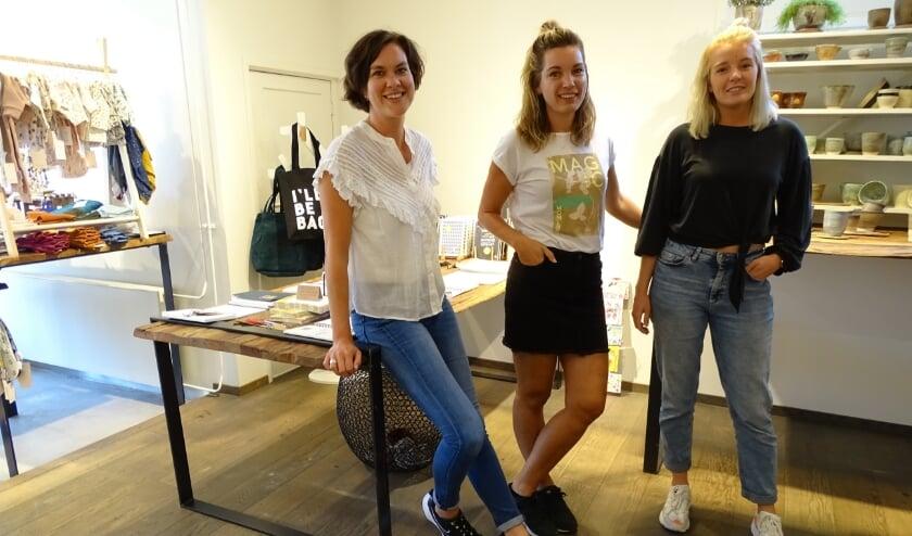 <p>V.l.n.r. Bianca Streng, Krista Stofberg en Roos Verkerk die samen de Poco Local pop-upstore organiseerden. (Foto: Margreet Nagtegaal)</p>