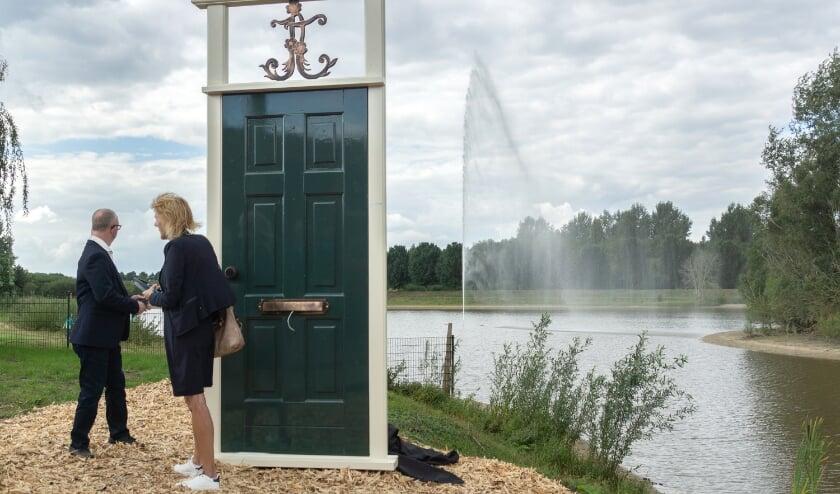 Bij afwezigheid van Jan Terlouw verrichtte locoburgemeester Ineke Knuiman van Duiven de officiële ingebruikname van de fontein.