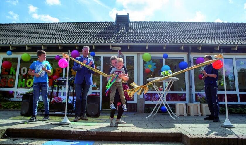Celeste Ebbers, de oudste leerling, en Wes Hermsen, de jongste, knippen het lint door voor officiële opening. (Foto: René Nijhuis Fotografie)