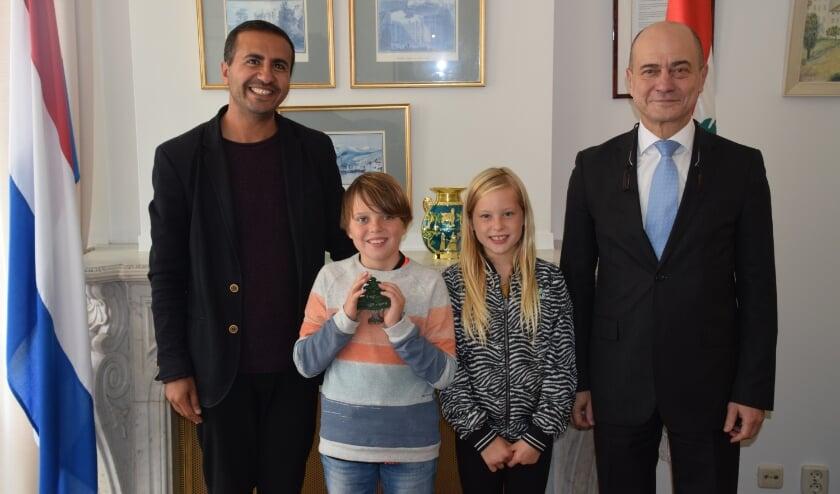 <p>De Haagse broer en zus, Siem en Wiep, ontvingen uit handen van de Libanese ambassadeur als dank de Libanese ceder, het nationale symbool van Libanon.&nbsp;</p>