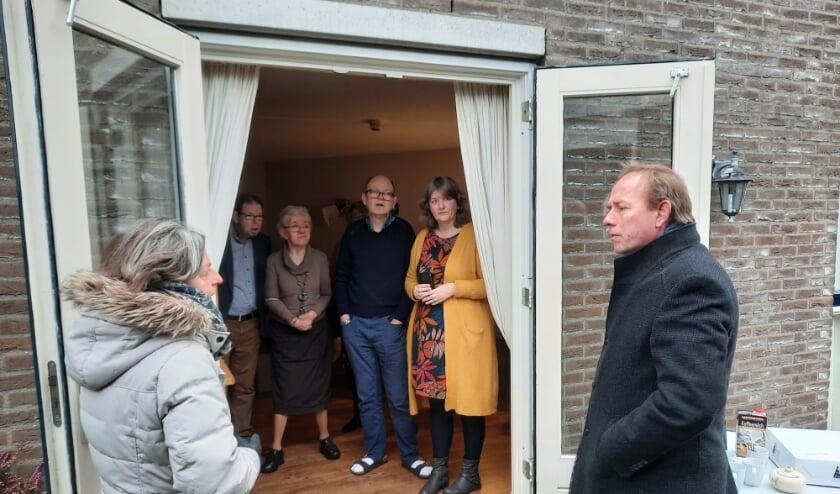<p>Kees van der Staaij in gesprek met bewoners en begeleiding. <br>(Foto: SGP)</p>