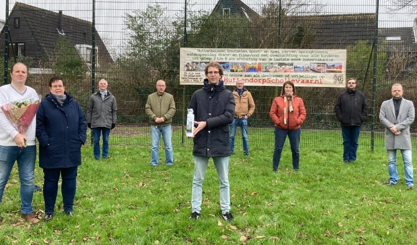 <p>Bestuur Huttendorp, voorzitter van WOP Schollevaar Paul van Gink, wijkwerker voor de Ontmoetingskerk Johan van der Klooster. (Foto: mevrouw Van Gink)</p>