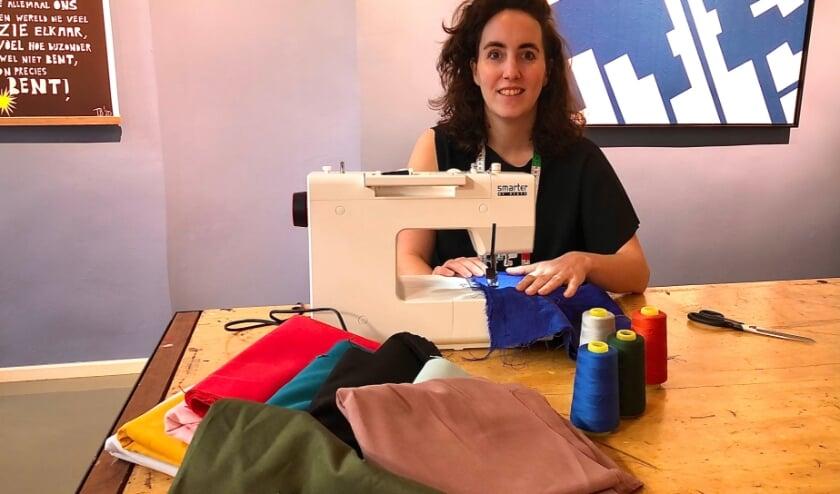 <p>Caroline van Ginkel in &#39;The Sewing Club&#39;. (Foto: Fleur van Eeuwijk).</p>