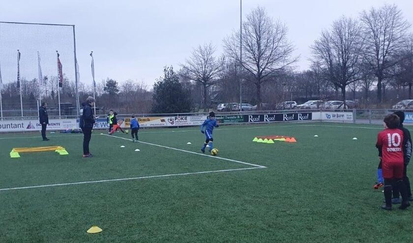 <p>De jeugd van Juventa&#39;12 is weer begonnen met trainen en onderlinge wedstrijden. Op de foto: trainingscarrousel Juventa&#39;12. Foto: Nick Olijdam</p>