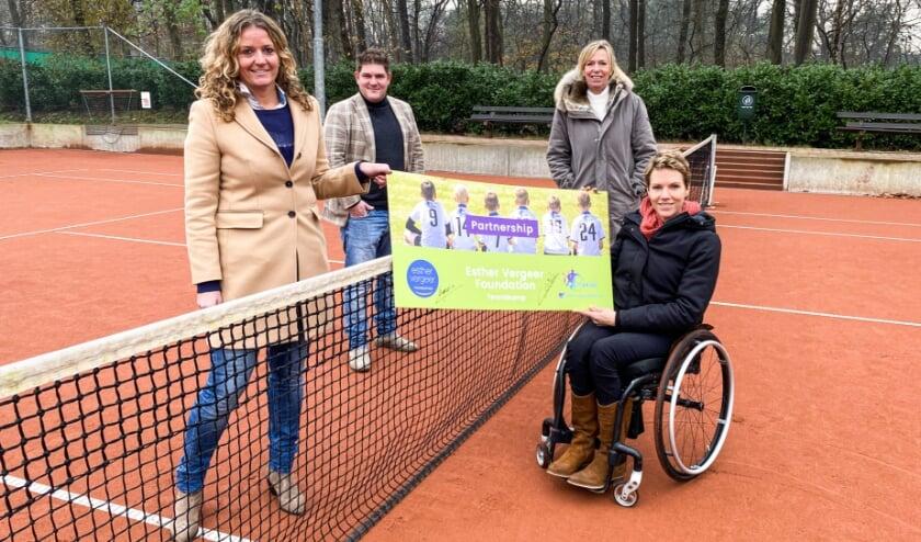 <p>Colette Zee, Vincent van Voorden, &nbsp;Marie-Louise Lemmen en Esther Vergeer zelf, de oprichter van haar Esther Vergeer Foundation.</p>