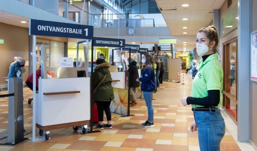<p>Stewards maken pati&euml;nten en bezoekers wegwijs bij de nieuwe ontvangstbalies </p>