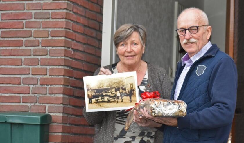 Dinie en Rudolf Stam met de winnende foto en de krentenwegge van een meter. Foto: Van Gaalen Media