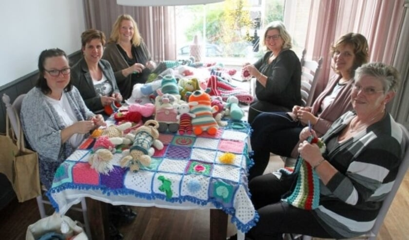 <p>Dames van Troostdekentje Alblasserdam haken dekentjes, knuffels en hartjes voor kinderen die het moeilijk hebben, haakt u met hen mee? Meer info op Troostdekentje.nl&nbsp;</p>