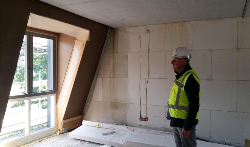 <p>Makelaar Dick van den Bos van Welkom Makelaar in &eacute;&eacute;n van de nieuwbouwwoningen.</p>