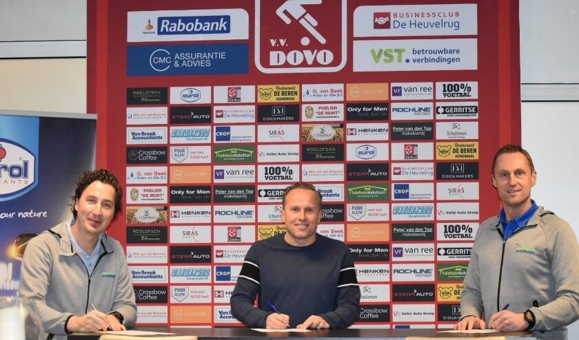<p>Ondertekening contract Fysiotherapie &amp; Training NederVeluwe en voetbalvereniging DOVO met Elbert Nieboer (links), Dico Harteman (midden) en Dirco de Vries (rechts)</p>