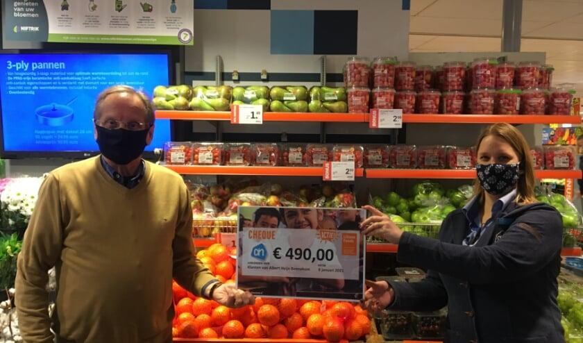 <p>Marieke v.d. Kolk (r) overhandigt de cheque aan Frits Mutsaers (Foto: Liliane Fonds).</p>
