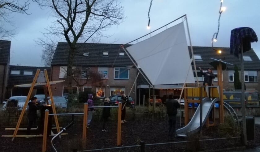 <p>Met wat hulp word het grote scherm op gebouwd. (foto: Marianne van Ravenhorst)</p>