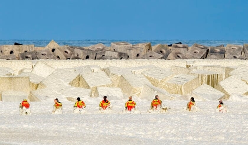 <p>De foto van Robin Utrecht waarop te zien is dat leden van de KNRM het opvliegende zeeschuim trotseren tijdens de zoektocht naar de vermiste surfers in Scheveningen is &eacute;&eacute;n van de vijf genomineerde persfoto&#39;s.&nbsp;</p>