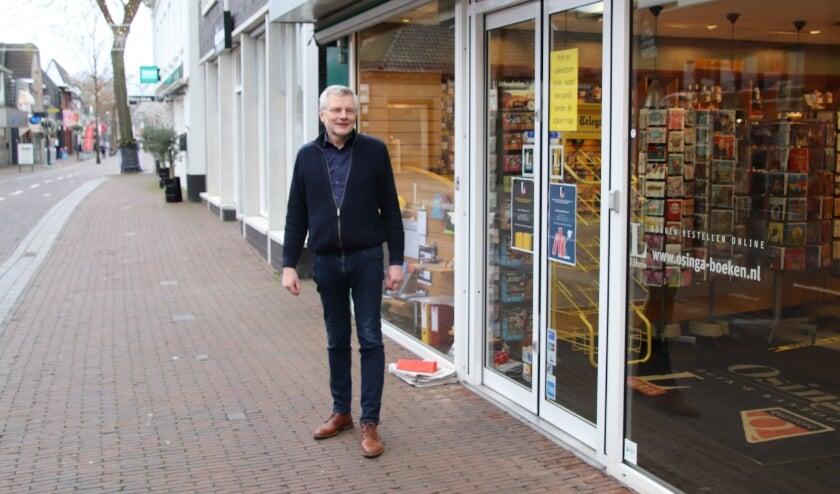 <p>Een lege Dorpsstraat. Maar een goed verlichte winkel is voor Joop Osinga toch belangrijk.&nbsp;</p>