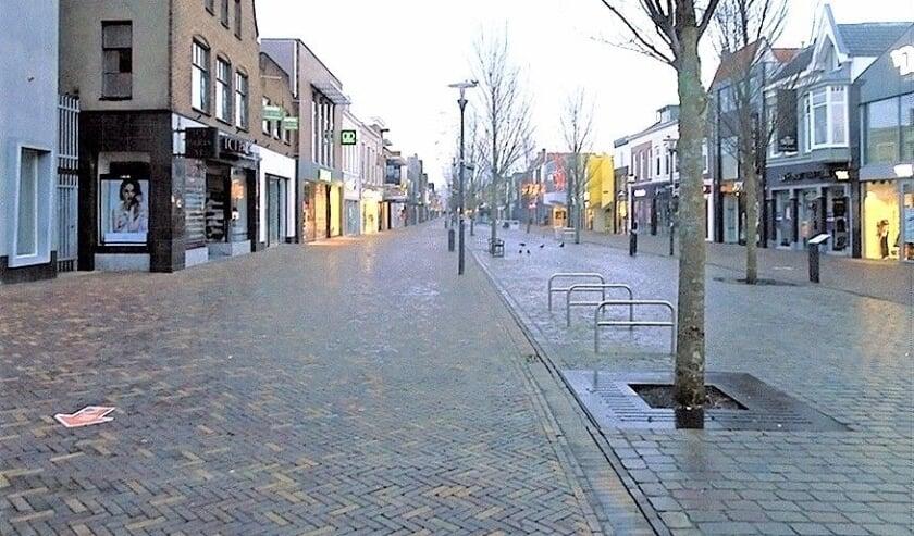 <p>De Hoofdstraat, normaal een drukke winkelstraat.</p>