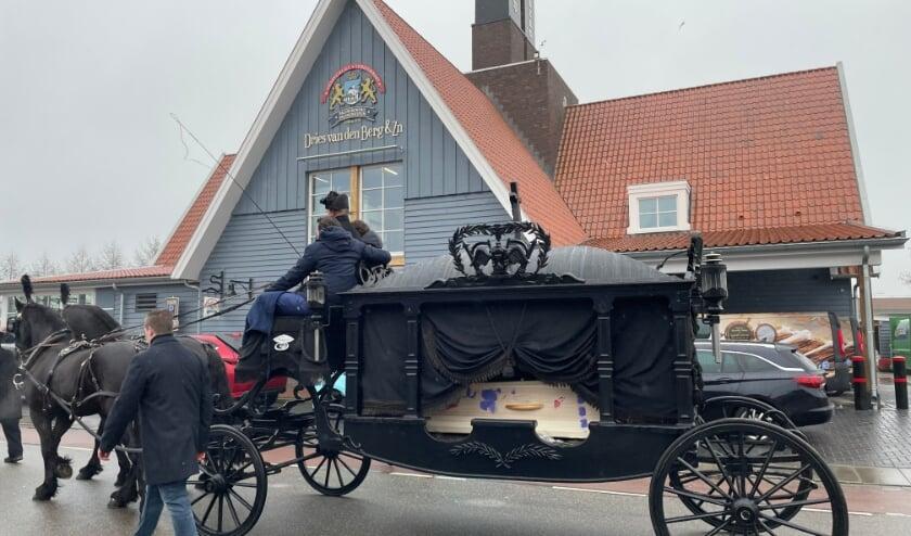 <p>Door twee paarden werd de kist met een koets door de binnenstad gereden gevolgd door de rouwstoet.</p>