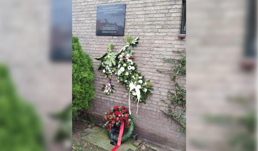 <p>Bloemenhulde bij de maquette ter herinnering aan de bominslag 18 februari 1945.</p>