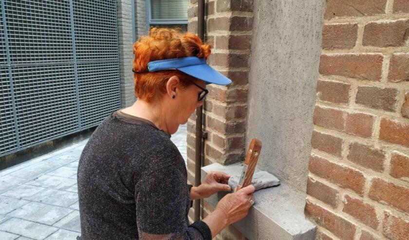 <p>Kunstenaar Hanneke Zwart bij de nis in de Beeldentuin van de Cultuurfabriek waar het kunstwerk komt.</p>