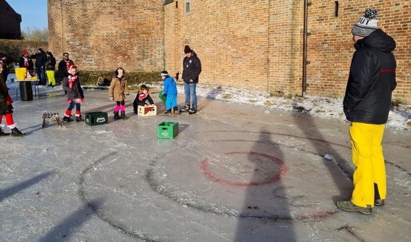 <p>De kinderen uit 't Malse Arckeldurp konden kratje schuiven op de gracht van Kasteel Ammersoyen.</p>