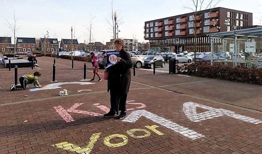<p>Stoepkrijt-actie &#39;Voor 14&#39; op de parkeerplaats voor het winkelcentrum in Veenendaal-oost.</p>