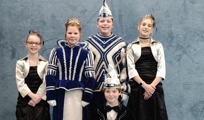 <p>V.l.n.r.: hofdame Victoria de Jong, prinses Nine Stokman, prins Quinten Janssen en hofdame Maartje Lentjes. Op de voorgrond president Cas Holkenborg.</p>