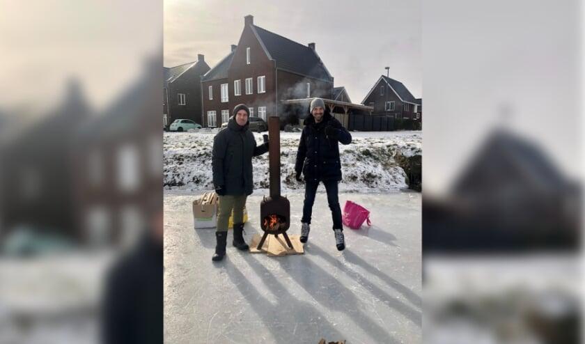<p>Bij Ashley Sterk uit Kerkdriel werd voor het huis even lekker opgewarmd tussen het schaatsen door.</p>