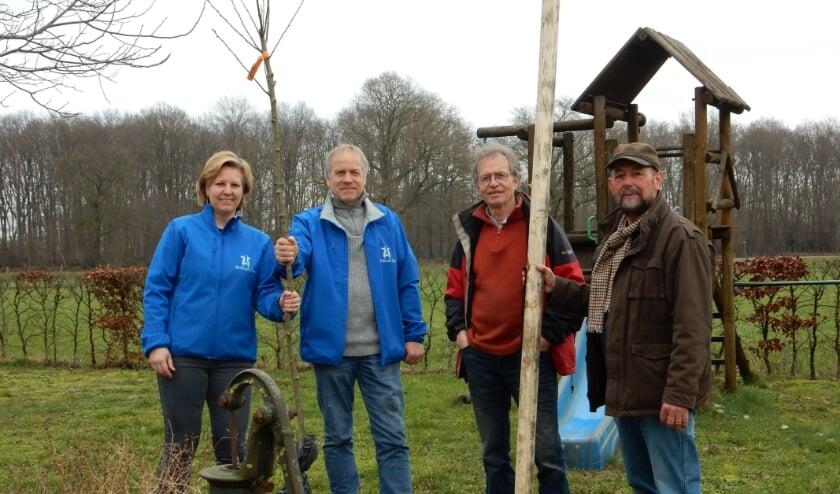 Een 'Notterpeer' wordt door Wim Wolbrink (rechts) en Henk van Dieten van de werkgroep Landschap overhandigd aan de familie ten Hove in Zuna.