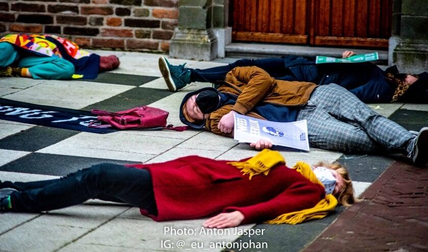 <p>Activisten van Extinction Rebellion tijdens een 'die-in' tijdens de luchtalarm om de ernst van de klimaatcrisis uit te beelden.&nbsp;</p>