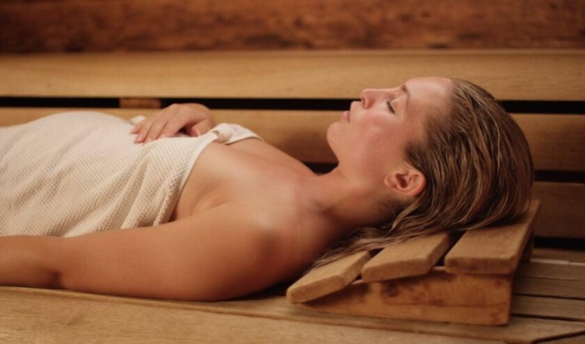 Liggende dame in sauna