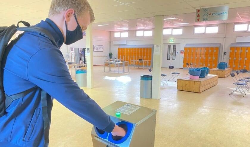 <p>Directeur Leendert den Dool: &quot;Het desinfecteren duurt 3 seconden per leerling en geeft geen rommel.&quot; (Eigen foto)</p>