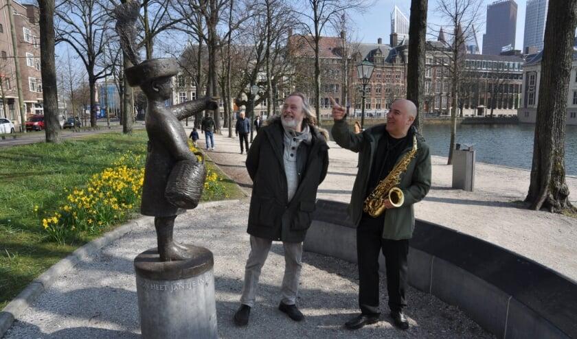<p>Peter de Ronde gitarist van Golden Earrings en Konstantin IIev bekijken Haagse beelden, zoals hier Haagse Jantje op de Lange Vijverberg. Beide mannen vinden dat er ook een Golden Earringstandbeeld moet komen in Den Haag.</p>