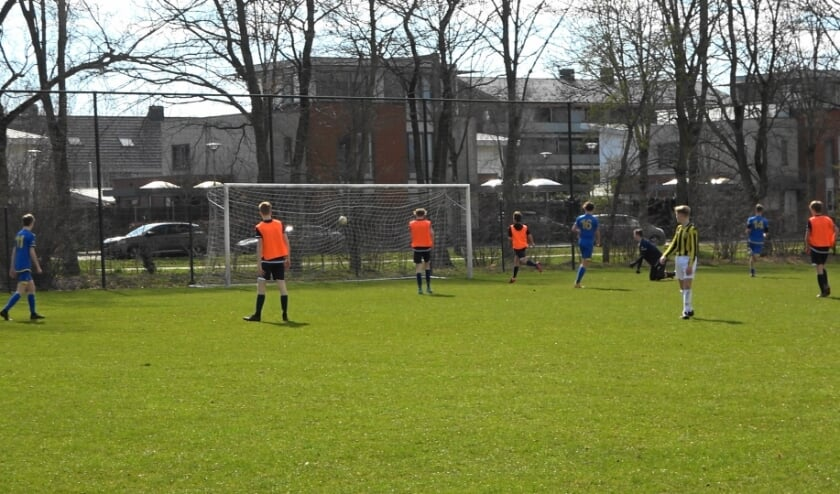 VRC JO19-1 scoort één van de drie doelpunten in de tweede helft.